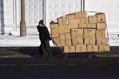 Работник носит тележку с коробками Стоковое Изображение RF