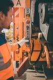 Работник опорожняя мусорную корзину в ненужный корабль Стоковая Фотография RF