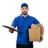 Работник доставляющее покупки на дом при коробки и доска сзажимом для бумаги изолированные на белизне Стоковое Изображение
