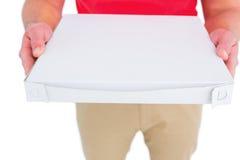 Работник доставляющий покупки на дом давая коробки пиццы Стоковая Фотография
