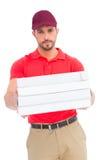 Работник доставляющий покупки на дом давая коробки пиццы Стоковые Фото