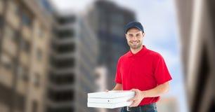 Работник доставляющий покупки на дом держа коробки пиццы в городе Стоковые Изображения