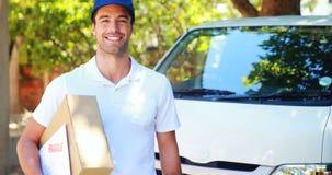 Работник доставляющий покупки на дом нося пакет видеоматериал