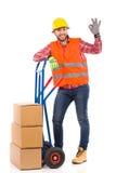 Работник доставляющий покупки на дом показывая одобренный знак Стоковые Фотографии RF