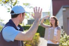 Работник доставляющий покупки на дом преуспевает во время его поставки Стоковые Фото