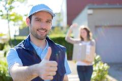 Работник доставляющий покупки на дом преуспевает во время его поставки Стоковые Изображения RF