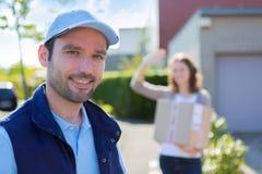 Работник доставляющий покупки на дом преуспевает во время его поставки Стоковое Изображение