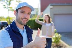 Работник доставляющий покупки на дом преуспевает во время его поставки Стоковая Фотография