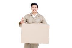 Работник доставляющий покупки на дом с давать картонной коробки большие пальцы руки вверх Стоковые Изображения