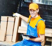 Работник доставляющий покупки на дом с коробкой коробки Стоковая Фотография