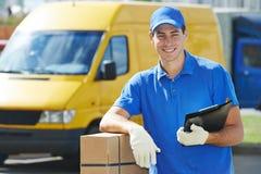 Работник доставляющий покупки на дом с коробкой пакета стоковая фотография rf