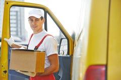 Работник доставляющий покупки на дом с коробкой стоковое изображение