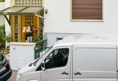 Работник доставляющий покупки на дом с пакетом на двери Стоковая Фотография RF