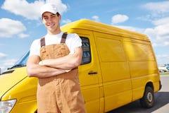 Работник доставляющий покупки на дом с фургоном распределения стоковая фотография rf