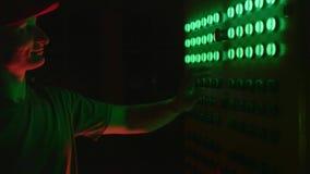 Работник отжимает кнопки на шкафе электричества видеоматериал
