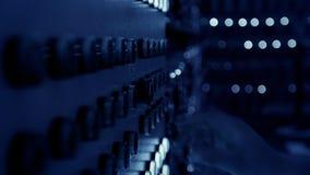 Работник отжимает кнопки на шкафе электричества акции видеоматериалы