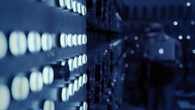 Работник отжимает кнопки на шкафе электричества сток-видео
