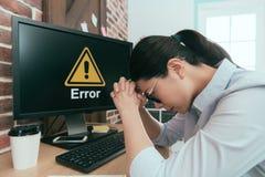 Работник офиса вручает пересеченное думая решение Стоковое Фото