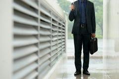 Работник офиса в дожде Стоковые Фотографии RF