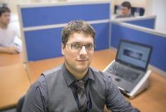 Работник офиса в своей естественной среде обитания Стоковые Фото