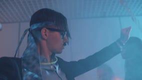 Работник офиса в стеклах и усиках, связи вокруг головных танцев на партии видеоматериал