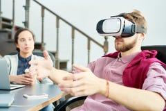 Работник офиса в шлемофоне VR стоковое изображение