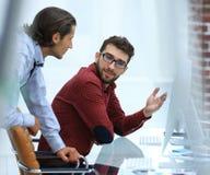 Работник офиса 2 говоря в офисе Стоковое Фото