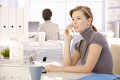 Работник офиса говоря на телефоне Стоковые Изображения