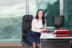 работник офиса девушки в интерьере небоскреба Стоковая Фотография RF