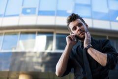 Работник офиса или предприниматель красивого зверского человека умелый одетые в официальной носке говоря через мобильный телефон  стоковые изображения