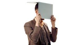 Работник офиса который не может увидеть что-нибудь за исключением вашего компьютера Парень с компьтер-книжкой на его голове Стоковое фото RF