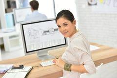 Работник офиса молодой женщины настольным компьютером Стоковые Фото