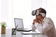Работник офиса наблюдая аудио-визуальное содержание 3d Стоковая Фотография RF