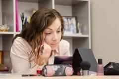 Работник офиса приносит косметические ресницы карандаша Стоковое Изображение RF