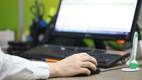 Работник офиса работая на компьютере в рабочем месте акции видеоматериалы