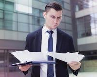 Работник офиса рассматривает документы перед подписанием Стоковые Фото