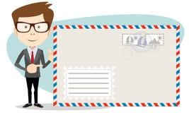 Работник офиса стоит около большого конверта отправителя Стоковые Изображения RF
