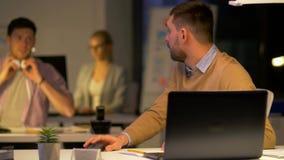 Работник офиса с компьтер-книжкой просит коллега помощь видеоматериал