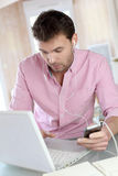 Работник офиса человека на компьтер-книжке дома Стоковое Изображение
