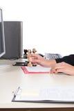 Работник офиса штемпелюет документ Стоковое Изображение RF