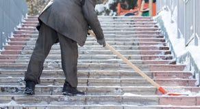 Работник очищает лопаткоулавливатель снега в природе Стоковое Изображение