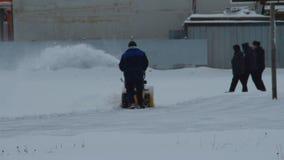 Работник очищает снег с особенной машиной акции видеоматериалы