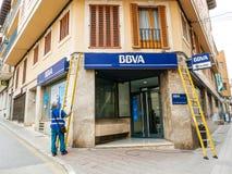 Работник очищая фасад испанского BBVA Стоковые Изображения
