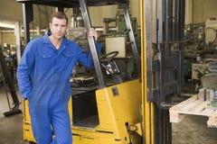 работник пакгауза грузоподъемника стоящий стоковые изображения