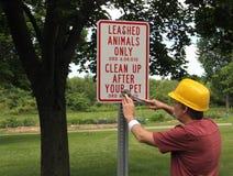 Работник парка устанавливая животный знак стоковые изображения