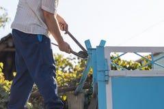 Работник переплетает ключ для труб Стоковая Фотография RF
