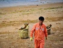 Работник пляжа, Qingdao, Китай стоковые фотографии rf