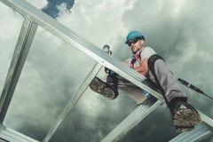Работник подрядчика на высоте стоковые фотографии rf