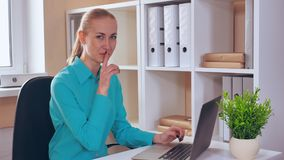 Работник показывает безмолвие знака в офисе сток-видео