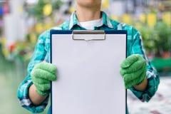Работник показывает контрольный список стоковое изображение